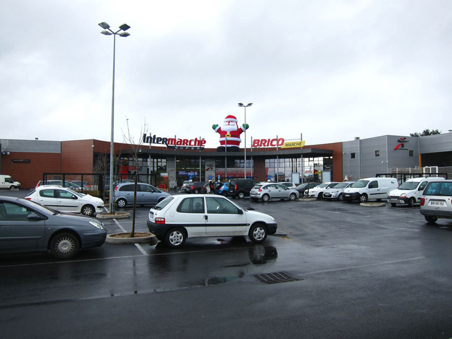 Le Père Noël Gonflable au Supermarché !